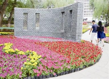 """全新的小游园以""""亲近自然,享受舒适宁静生活""""为设计主题,成为市民休闲"""