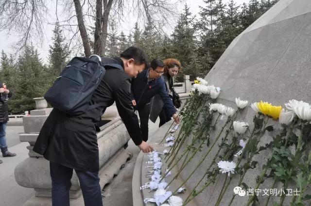 中共西宁市虎台中学委员会党员代表开展清明祭英烈活动图片